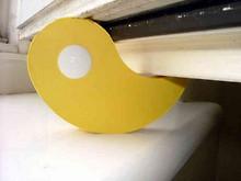 Flux gelb - Fenster Feststeller auf der Fensterbank