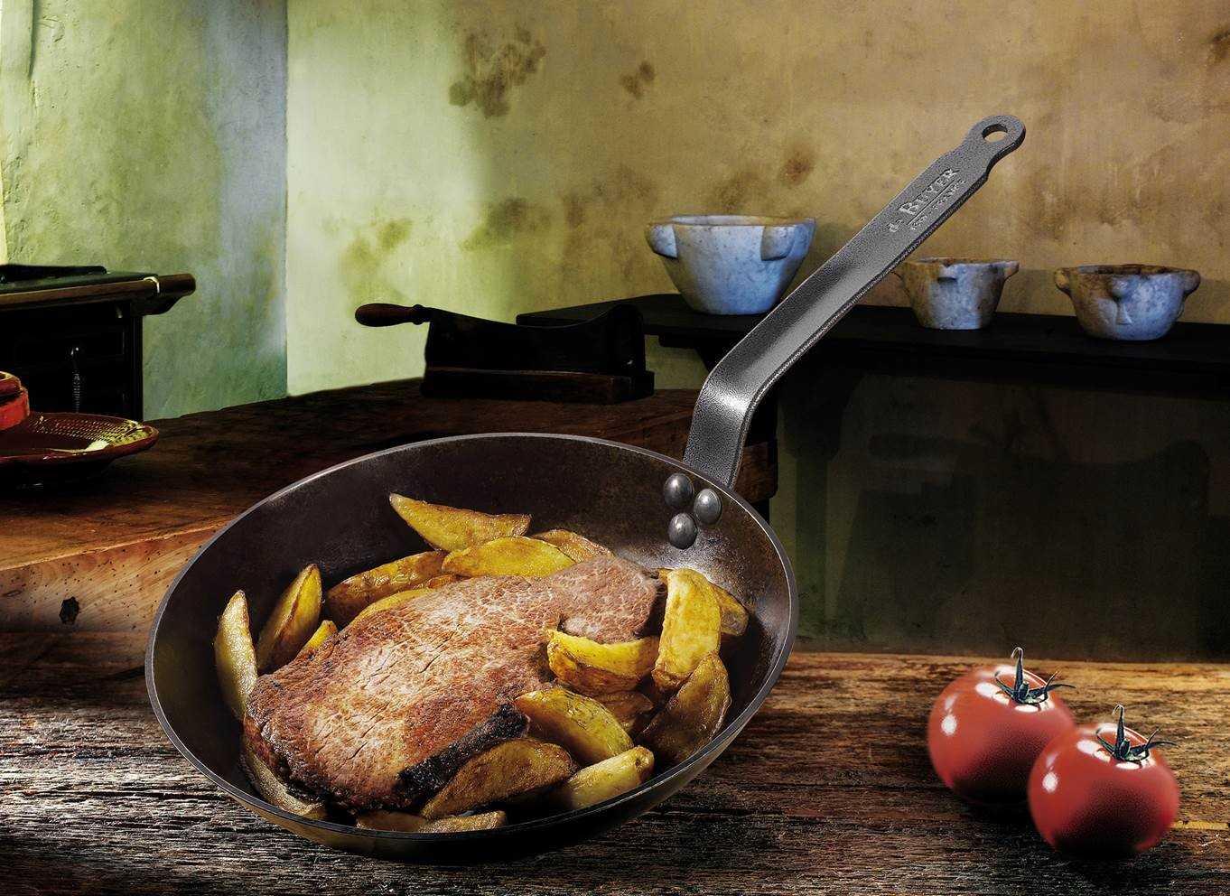 Pfanne-mit-Fleisch-und-Kartoffelspalten