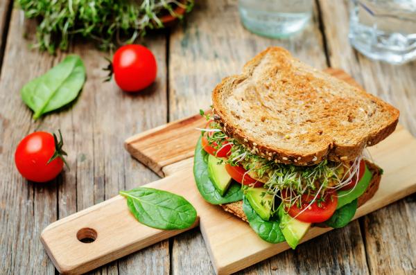 Avocado Burger: Nach Bedarf mit Kresse verfeinert