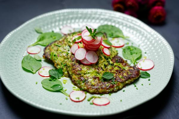 Avocado Röstis: Je nach Geschmack mit Radieschen garniert