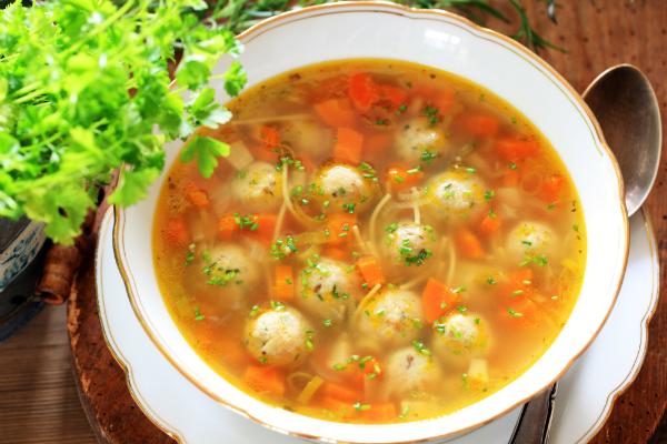 Suppen und Speisen mit viel Flüssigkeit lassen sich im Thermotopf gut zubereiten