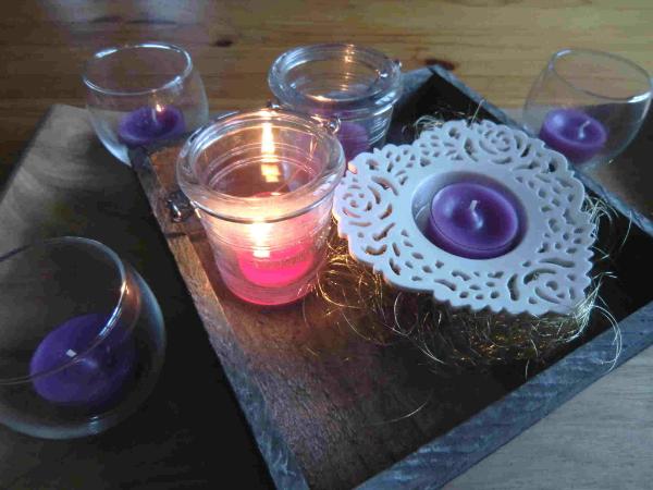 Farbige Teelichter in transparenter Huelle Lila