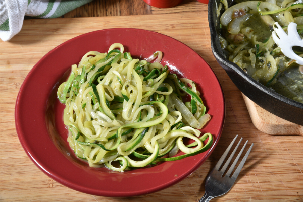 Gemüsespaghetti aus Zucchini (Zoodles) mit Feta-Sahne Soße
