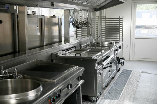 Ein Stahlplattenherd in einer Großküche