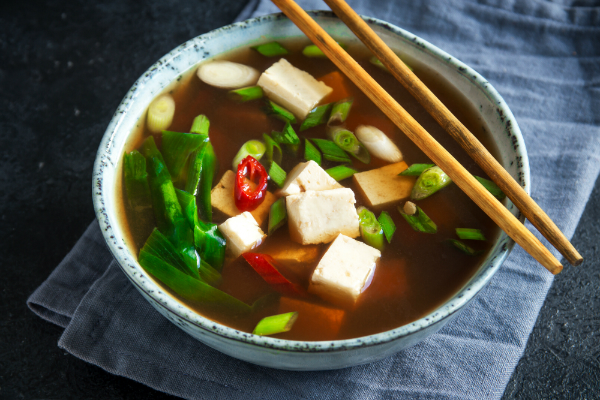 Shima-dofu wird gerne in japanischen Suppen verwendet