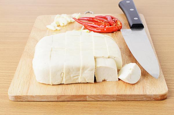 Tofu würfeln und anschließend gut marinieren und würzen