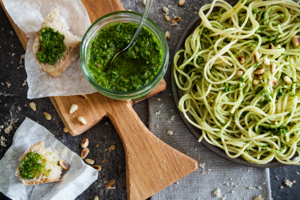 Pesto mit Pasta und Brot