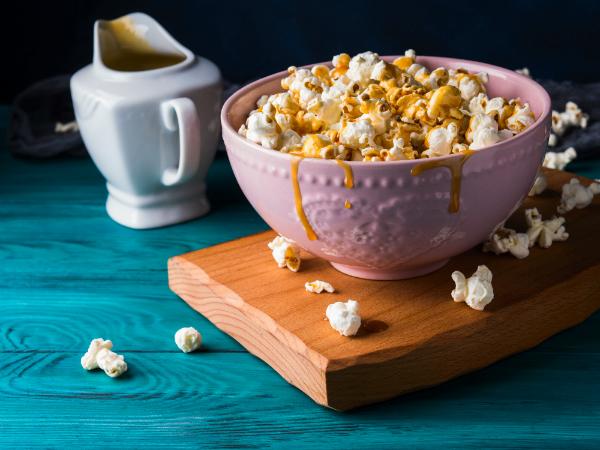 Popcorn mit gesalzener Karamellsosse
