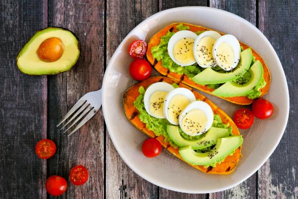 Suesskartoffel-Toast mit Avocado, Eiern und Chiasamen