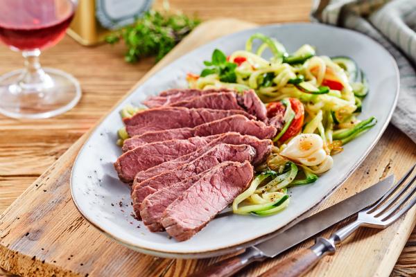 Zartes Gourmet-Rinderfilet mit Gemuesesalat