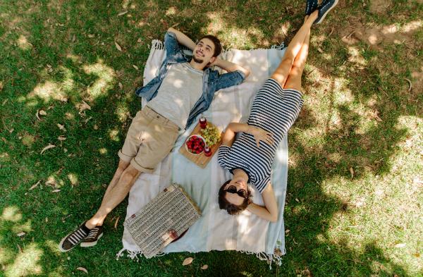 Im Sommer ist ein Picknick eine tolle Idee für Familien, Freunde und Paare