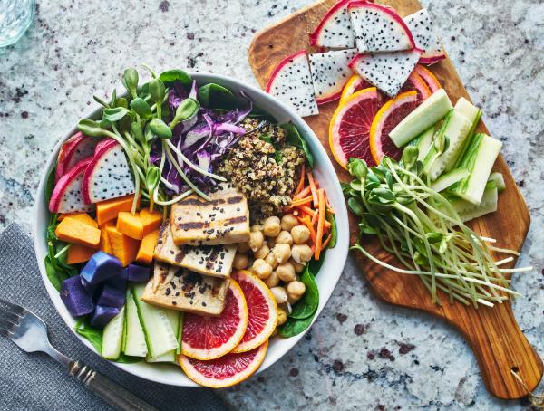 Gegrillter Tofu und Drachenfrucht Buddha Bowl