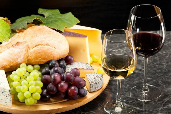 Die Käseplatte ist der Klassiker zum Wein