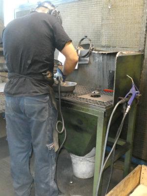 Eine gusseiserne Pfanne von Skeppshult in der Herstellung