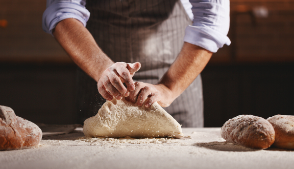 Brotteig, der geknetet und anschließend frisch zubereitet wird